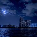 写真: 屋形船から見る月と都市景観