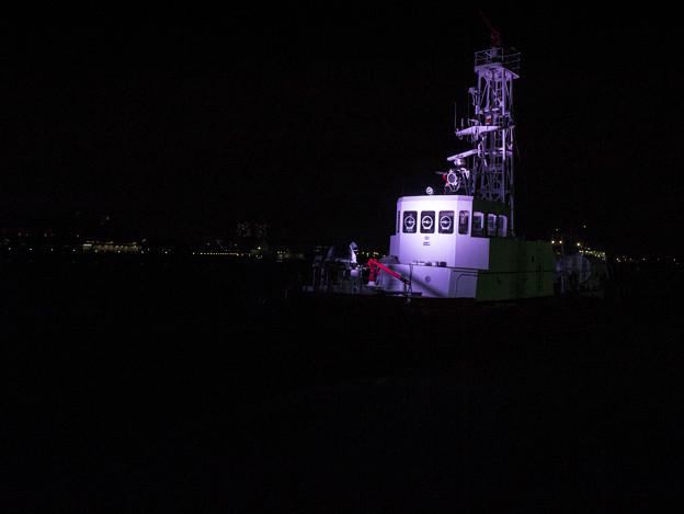 闇に浮かぶ船
