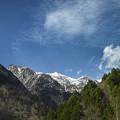 抜けるような爽やかな青空と山