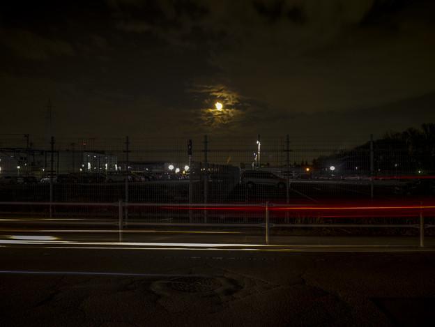 Photos: 長閑な月夜を切り裂く光跡