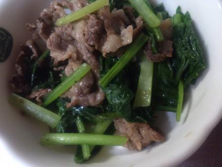 今日のロンご飯 牛肉、ニンニク、オクラ、小松菜、蕪の葉、塩少々