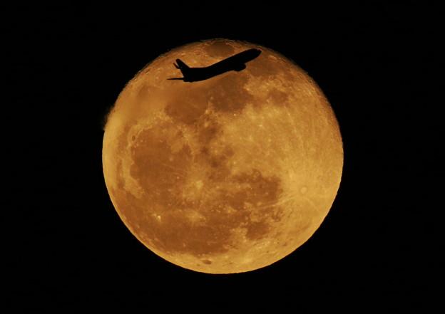 十六夜の月と飛行機 2013-03-28