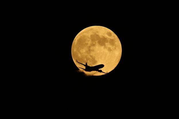 中秋の名月と飛行機 2013-09-19