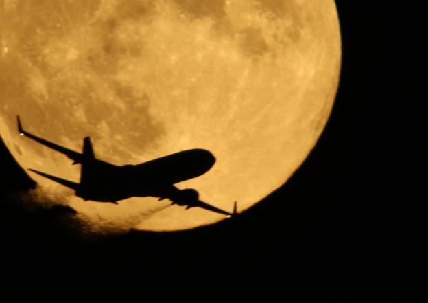 中秋の名月と飛行機 トリミング