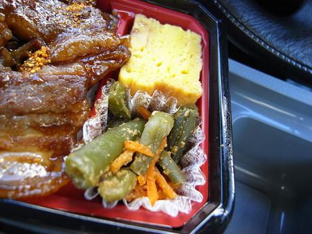 デイリーヤマザキ イベリコ豚重 副菜アップ