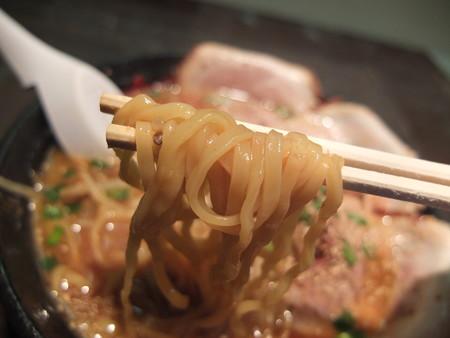 ラーメン ガキ大将 高田店 極上・黒味噌ラーメン チャーシュートッピング 麺アップ