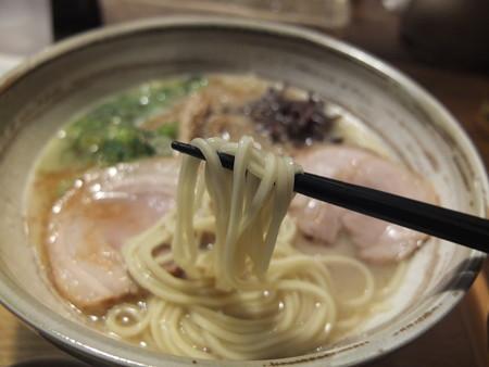 讃岐うどん房 鶴越 煮干し豚骨らーめん(期間&数量限定) 麺アップ