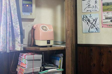20121203_梅乃家[竹岡ラーメン] 店内には懐かしいピンクの電話が現役で活躍中