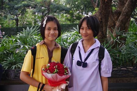 バレンタインの花を抱える少女