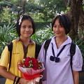Photos: バレンタインの花を抱える少女