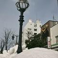 雪に埋もれるガス灯