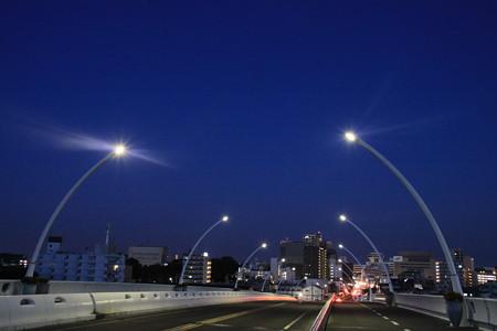 豊田市駅への夜明け前の道