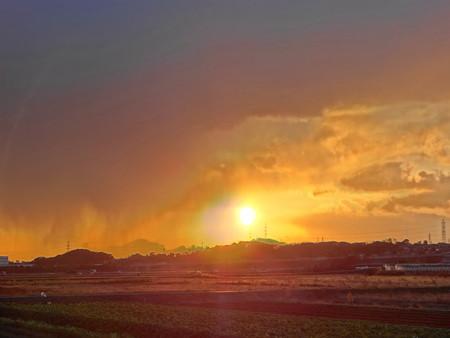 雨の中の夕陽