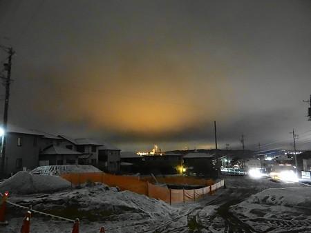 雪夜に色付く北西の空