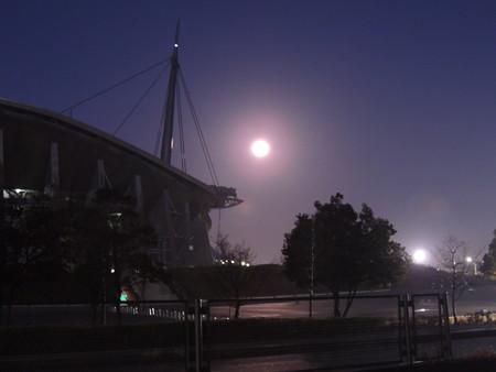 十六夜の月と豊田スタジアム