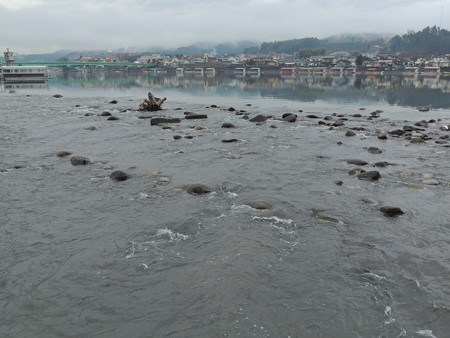 日田市三隈川の浅瀬の流れと屋形船