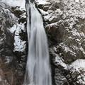 写真: 谷間に轟く大滝