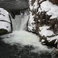 写真: 厳寒の釜淵の滝