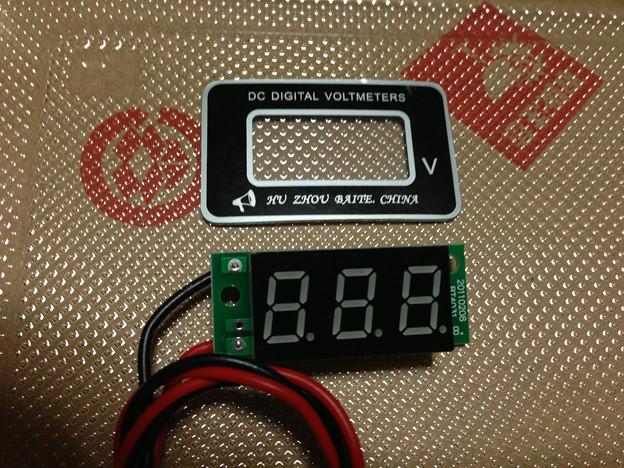 写真: 埋め込み用電圧計