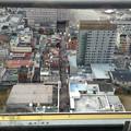 写真: 通天閣展望台から新世界を見る