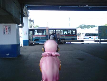 三浦海岸駅に戻りました。 ルカ:「三崎港まで、バスで行くみたいで...