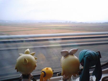 仙台→盛岡間、一ノ関付近を疾走中。なんか寒々しい曇り空……。 あ...
