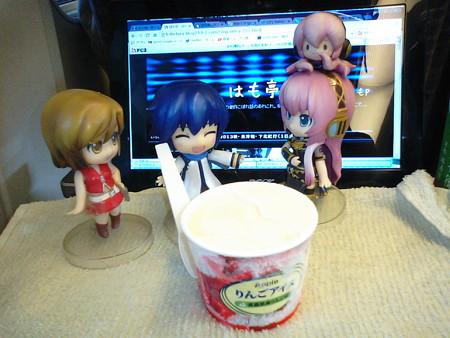 八戸駅に停車。ここで新幹線旅行恒例の、アイスクリームタァーーイム...