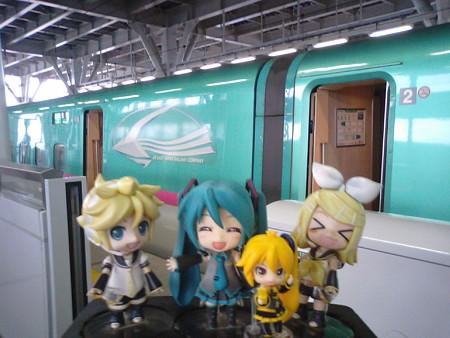 ミク:「新青森駅に着きましたぁー♪」 リン:「とうとう来ちゃった...