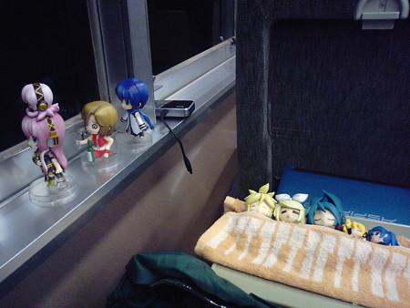 めー:「花ぁー嫁はぁー、夜汽車ぁーに乗ってぇー、どこまぁーで行く...