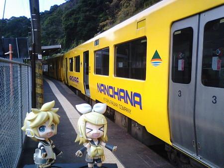 山川駅で快速「なのはな」に乗り換えです。 リン:「あ、またリンレ...