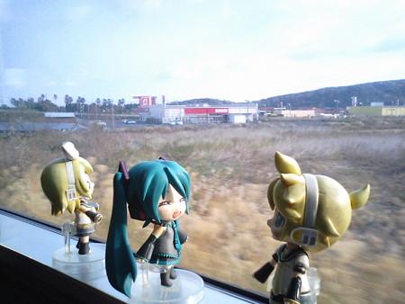 指宿→喜入間、二月田付近。 ミク:「黄色い列車は、揺れも少なくて...