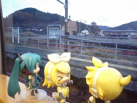 日向長井駅に停車。 リン:「あのね、ヒューが長いんだゅww」 レン...