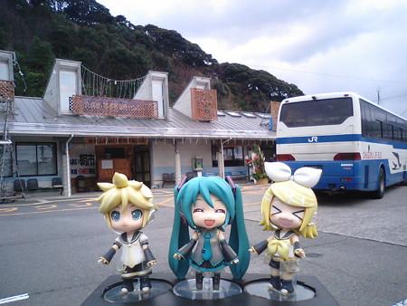 須佐駅に到着。鉄路に復帰します。 レン:「須佐の手前で、土砂崩れ...