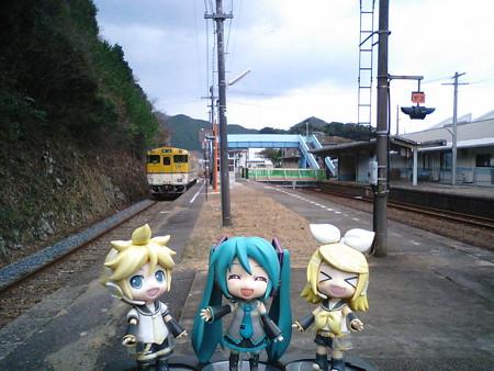 須佐駅は、奈古方面の線路上に歩道を架けて塞いでしまってますね。不...