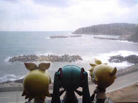 益田→岡見間、三保三隅付近。 リン:「さすがアクアライナー、いき...