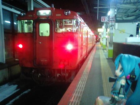 鳥取駅に3分遅れで到着、すぐに乗り換えます。 ミク:「あと、普通...