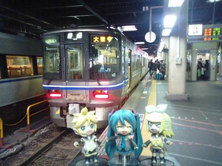 ミク:「金沢駅に到着です! 次の電車まで約30分待ちですね」 レン...