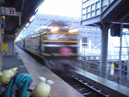 直江津行き発車待ちの間に、年越しトワイライトエクスプレスきたー\(...