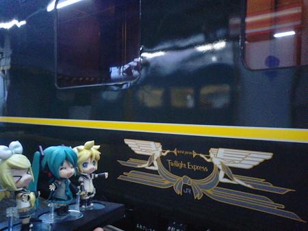 リン:「かっこいいニャあ♪♪」 ミク:「本当に憧れの列車よね」 レ...