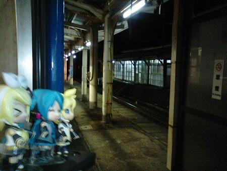 親不知駅に停車。 ミク:「わぁ、親不知! 懐かしい駅です?」 リン...