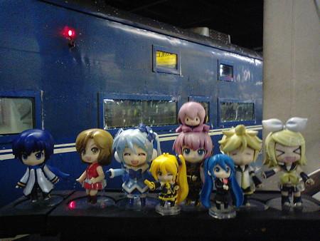 雪ミク:「おはようございます! 札幌駅に無事到着しました!」 リン...