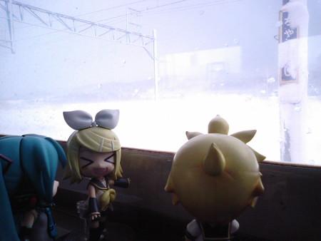 茶志内駅に停車、10分遅れ。 リン:「茶志内駅で、お茶しない?」 ...