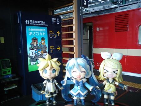 旭川駅になんとか到着、7分遅れでした。 雪ミク:「稚内まで、あと...