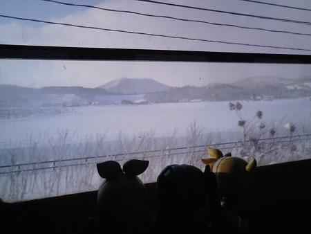 旭川→和寒間、比布付近。分水嶺の塩狩峠に向けて、一段と雪深くなっ...