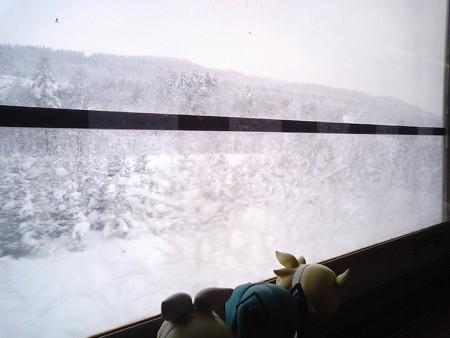 旭川→和寒間、塩狩付近。塩狩峠なう! なんかこの窓だけ、中間に一...