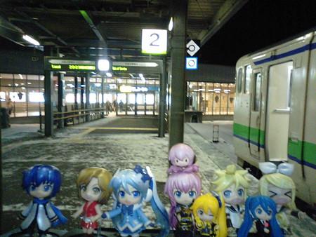 雪ミク:「函館駅、無事到着でーす♪」 リン:「お疲れちゃまー(≧▽...