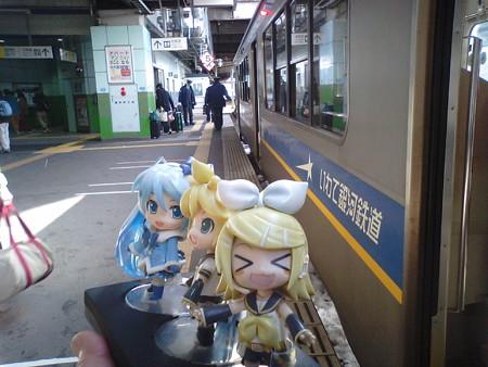 超混雑に揉まれて、ようやく盛岡駅に到着しました。 リン:「マスタ...