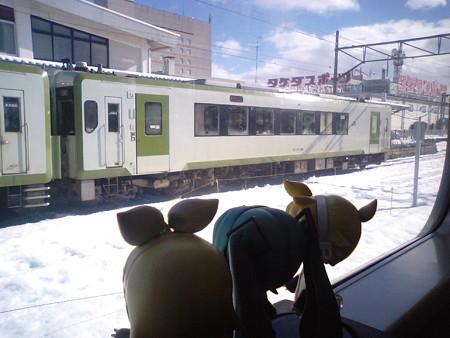 花巻駅に停車。向かいにいるのは、盛岡駅を先発した、釜石行き快速「...