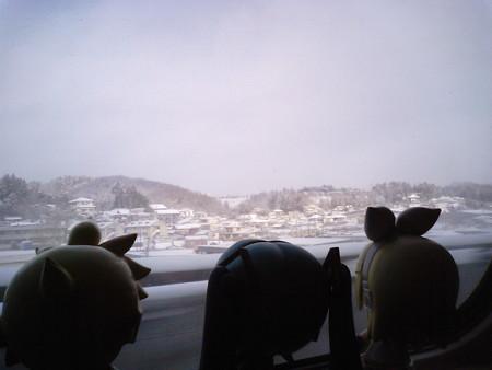 仙台→盛岡間、一ノ関付近。 ミク:「きゃぁー! 吹雪いてる吹雪い...