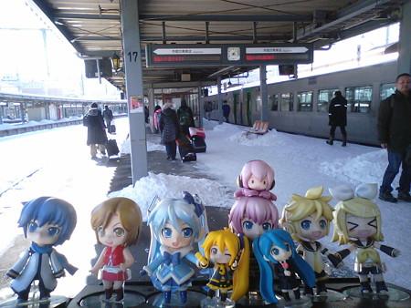 定刻より56分遅れて、やっと函館駅到着。 雪ミク:「北斗91号はノー...